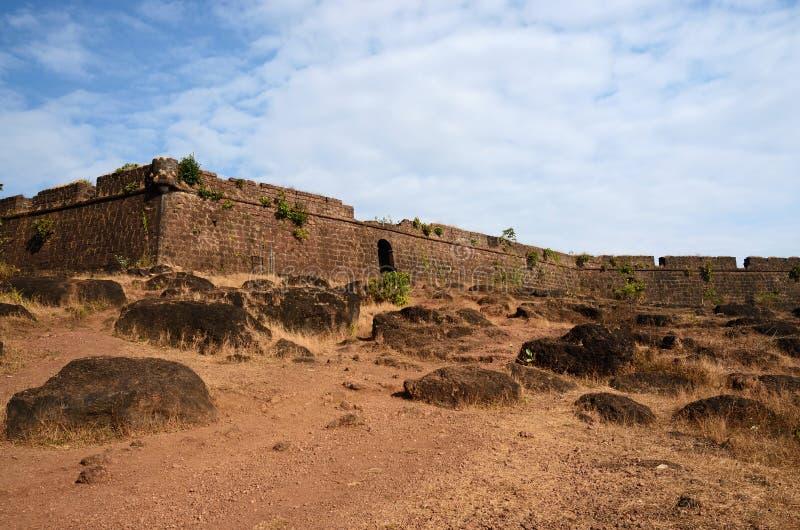 Ruinen von Chapora-Fort, nahe Vagator-Dorf, Goa, Indien lizenzfreie stockbilder