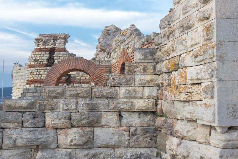 Ruinen von defensiven Strukturen in altem Nessebar stockfotografie