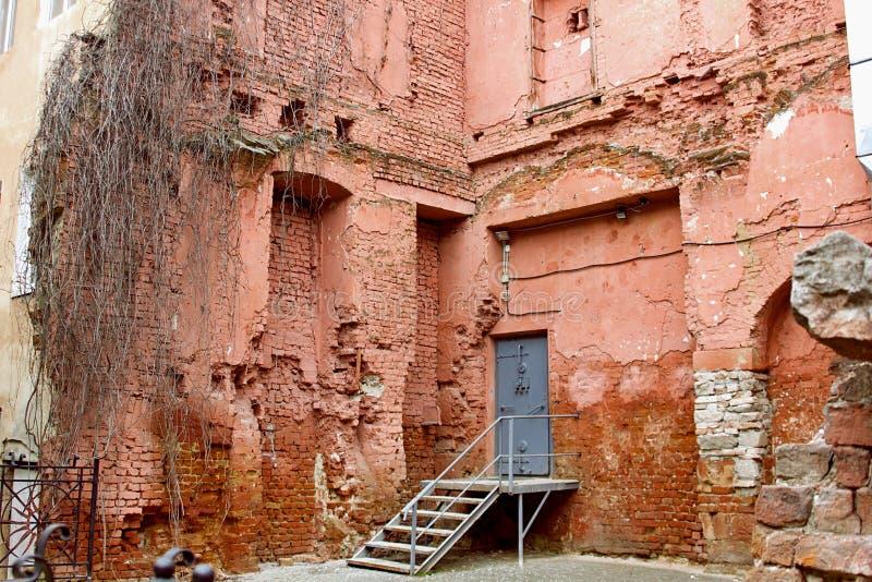 Ruinen von Gebäudewänden des roten Backsteins lizenzfreie stockfotos