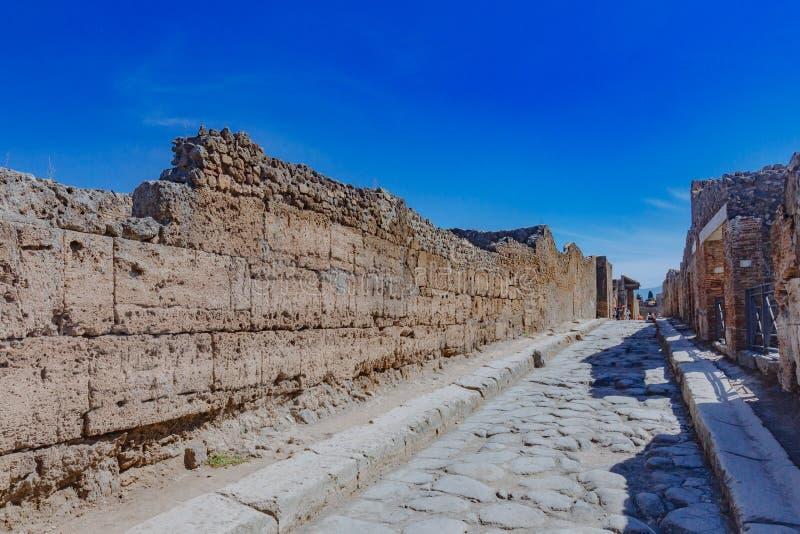 Ruinen von Häusern und von Straße in Pompeji, Italien stockfotos