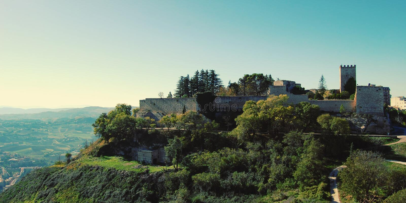 Ruinen von Lombardei-Schloss - Weinleseeffekt Turm und fortificati lizenzfreies stockbild