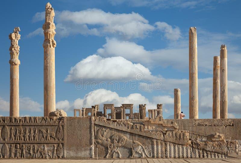 Ruinen von Persepolis UNESCO-Welterbestätte gegen bewölkten blauen Himmel in Shiraz City vom Iran stockfotografie