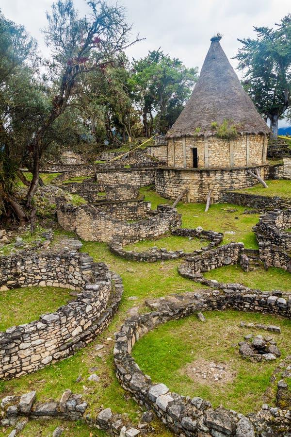 Ruinen von runden Häusern von Kuelap, ruinierte Zitadellenstadt der Chachapoyas-Wolken-Waldkultur in den Bergen von Nord pro lizenzfreies stockbild