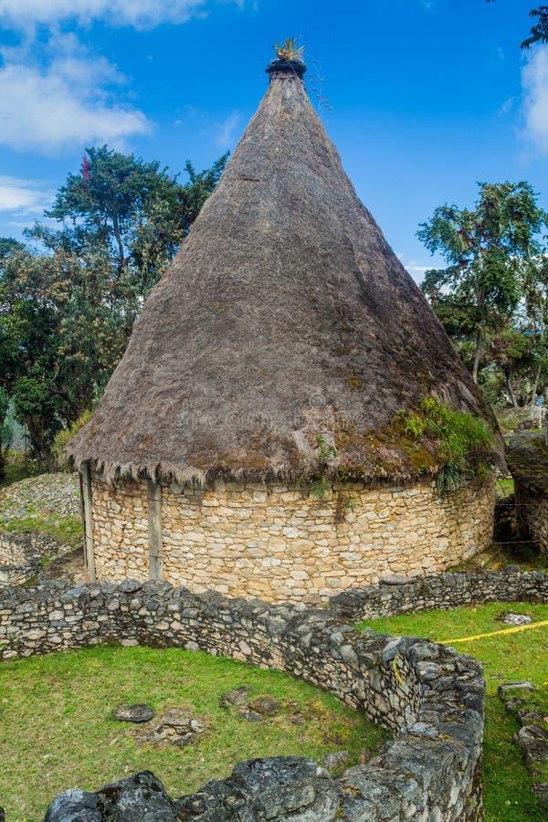 Ruinen von runden Häusern von Kuelap, ruinierte Zitadellenstadt der Chachapoyas-Wolken-Waldkultur in den Bergen von Nord pro lizenzfreie stockfotografie