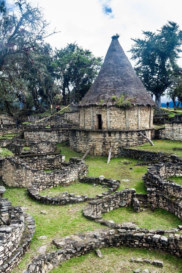 Ruinen von runden Häusern von Kuelap, ruinierte Zitadellenstadt der Chachapoyas-Wolken-Waldkultur in den Bergen von Nord pro stockbild