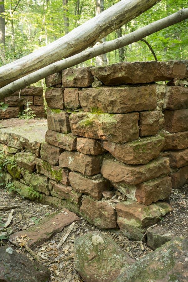 Ruinen von Sandsteinwänden der historischen Mühle in Manchester, Connecticut stockfotografie