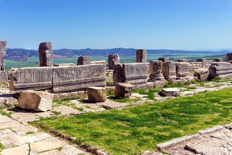 Ruinen von Spalten in Dougga, Tunesien stockbilder