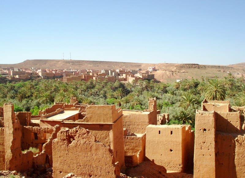 Ruinen vor moderner Stadt stockfoto