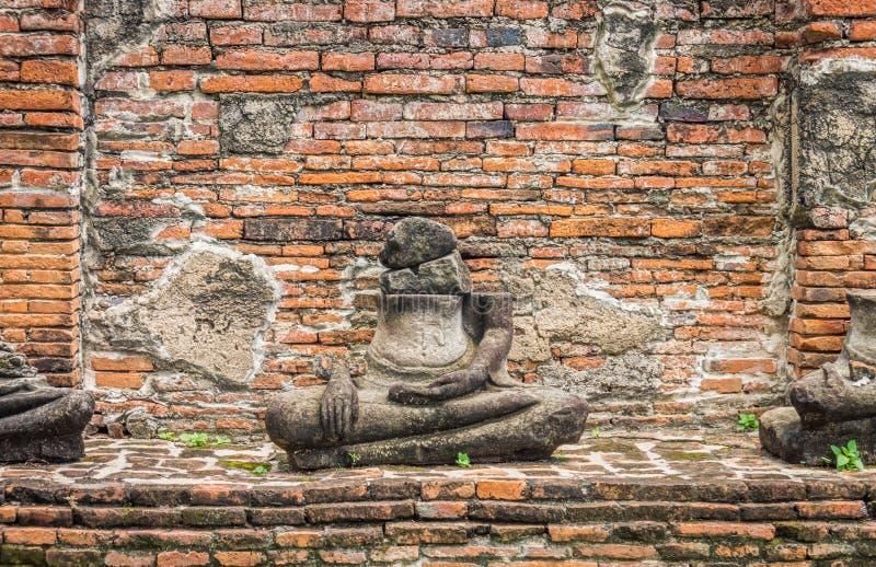 Ruinenstatuen des Sitzens von Buddha-Bild bei Wat Mahathat lizenzfreies stockfoto