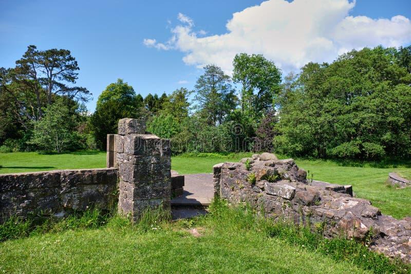 Ruines écossaises antiques et les murs d'annexe chez Eglinton dedans image stock