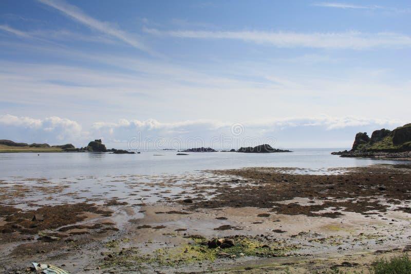 Ruines écossaises d'un château au bord de la mer image stock
