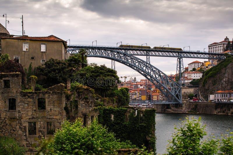 Ruines abandonnées sur la rivière de Douro de banques, Porto image stock