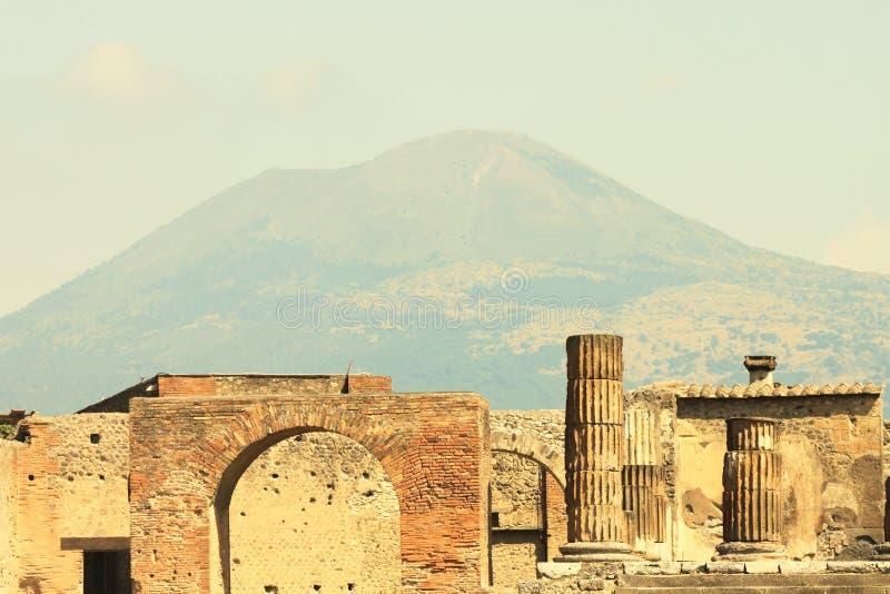Ruines antiques à Pompeii contre le contexte du grand volcan le Vésuve, Italie photo libre de droits