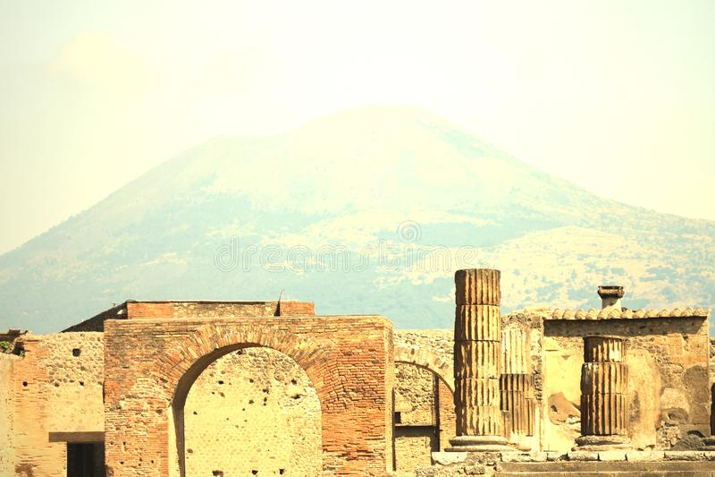 Ruines antiques à Pompeii contre le contexte du grand volcan le Vésuve, Italie image libre de droits