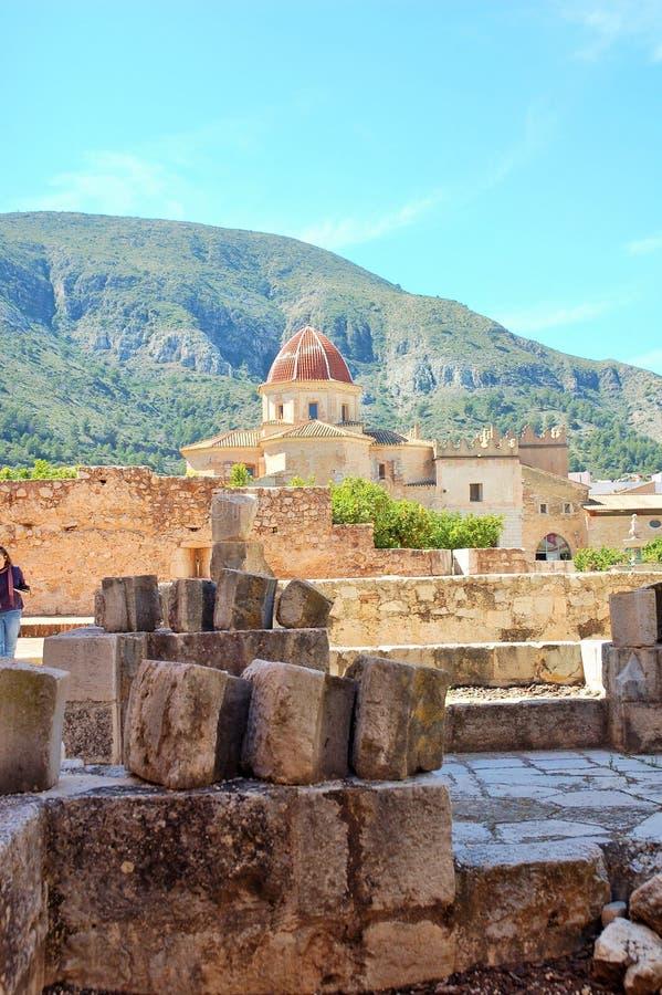 Ruines antiques dans Simat de la Valldigna Monastery sous la lumière du soleil et un ciel bleu avec une montagne au fond images stock