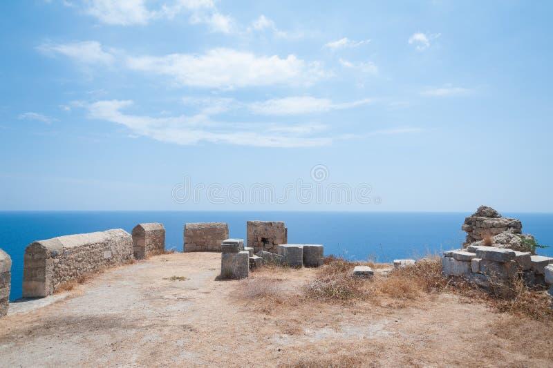 Ruines antiques de clifftop Restes d'un temple dorique d'Athena Lindia, datant environ de 300 AVANT JÉSUS CHRIST images stock