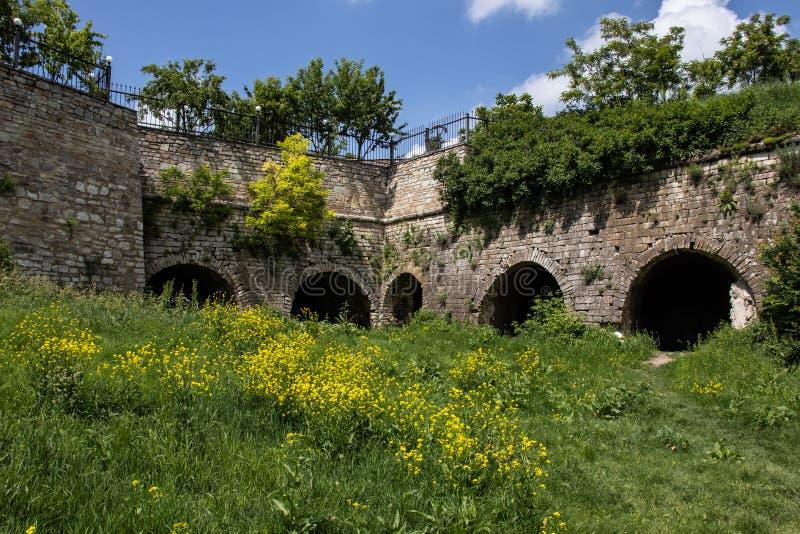 Ruines antiques des fortifications en pierre du château image stock