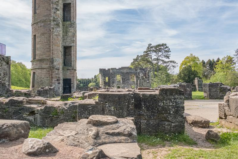 Ruines antiques et arbres verts de ch?teau Irvine Ecosse d'Eglinton images libres de droits