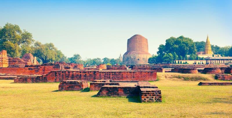 Ruines antiques et stupa bouddhiste Dharmarajika Dhamek Stupa dans Sarnath photographie stock