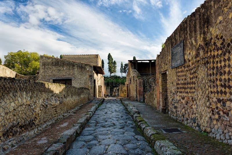 Ruines antiques partiellement excavées et reconstituées de Herculanum images stock