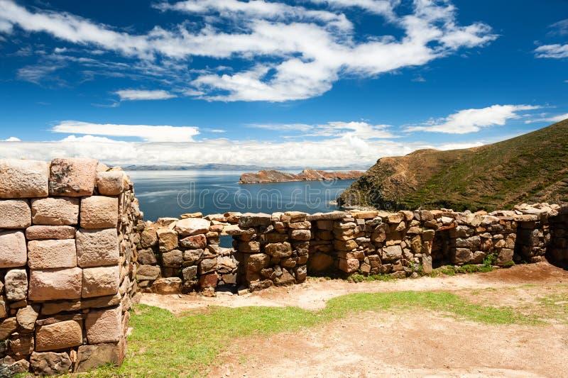 Ruines antiques sur l'île de Sun sur le lac Titicaca, Bolivie photographie stock libre de droits