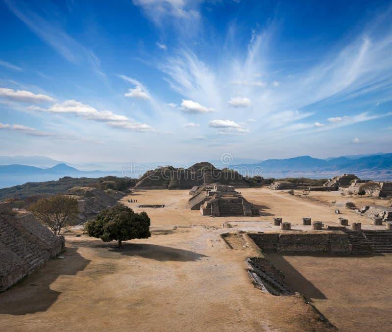 Ruines antiques sur le plateau Monte Alban au Mexique photographie stock libre de droits