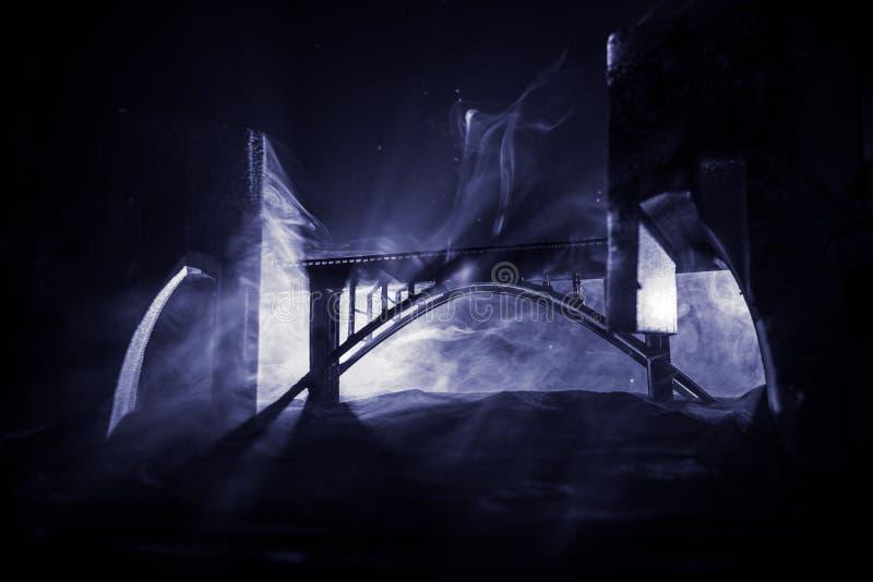 Ruines apocalyptiques de la ville Effet de catastrophe Sc?ne de nuit Ville d?truite par guerre Gratte-ciel d?truits image libre de droits