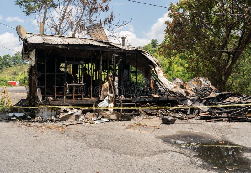 Ruines brûlées de maison de cadre en bois photographie stock libre de droits