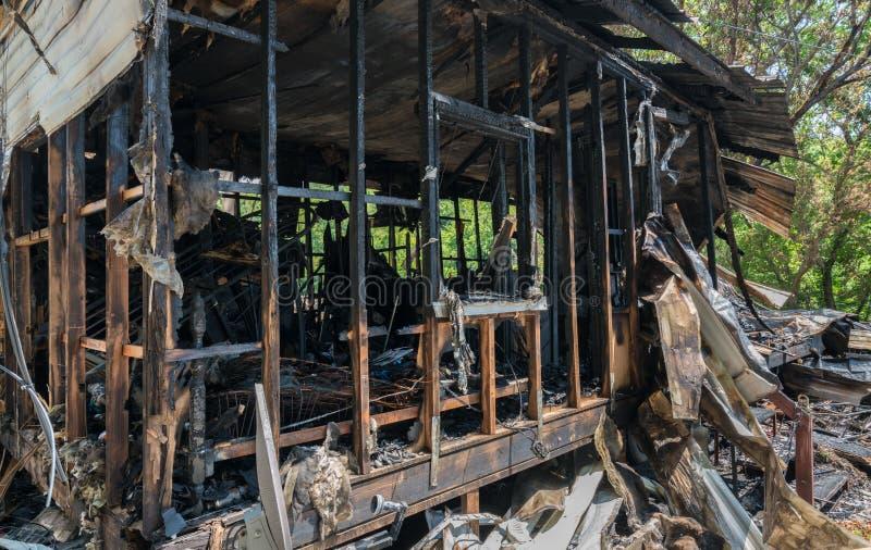 Ruines brûlées de maison de cadre en bois image libre de droits