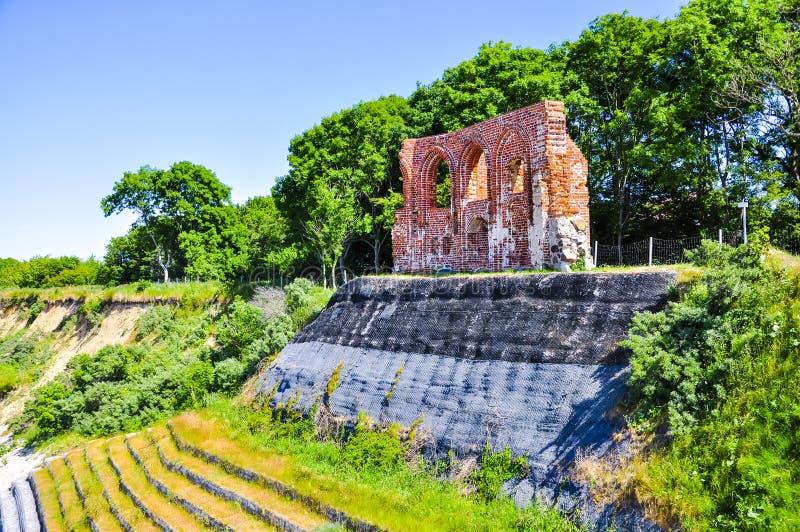 Ruines d'église antique dans le trzesacz, Pologne image libre de droits
