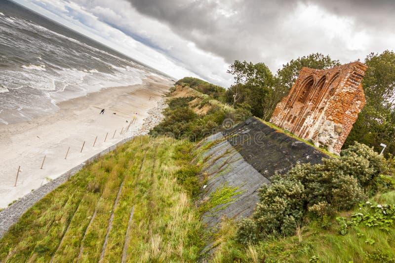 Ruines d'église gothique Trzesacz - en Pologne. photographie stock libre de droits