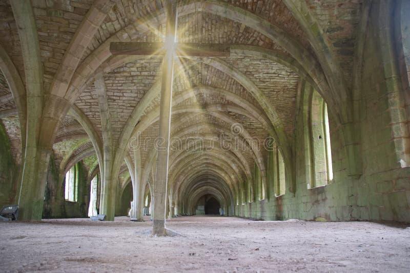 Ruines d'abbaye de fontaines, avec la croix photographie stock libre de droits