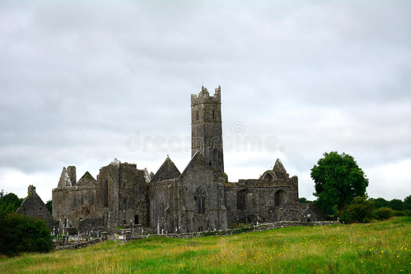 Ruines d'abbaye, Quin, Irlande images stock