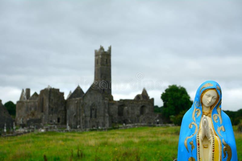 Ruines d'abbaye, Quin, Irlande images libres de droits