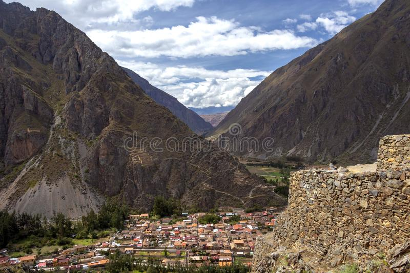 Ruines d'Ollantaytambo, une forteresse massive d'Inca avec de grandes terrasses en pierre sur un flanc de coteau, destination de  photos stock