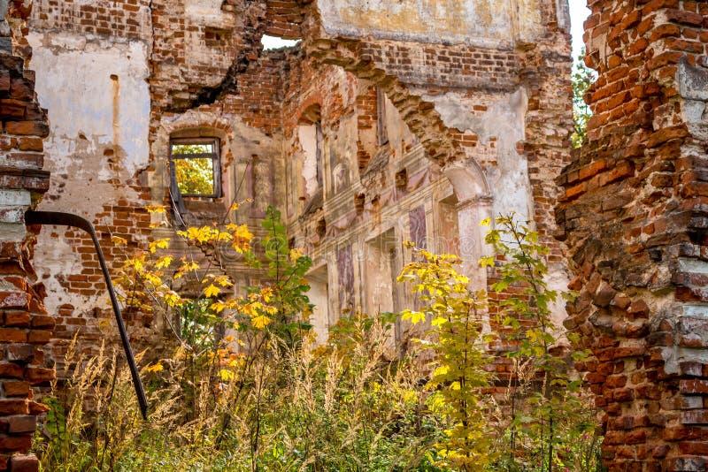 Ruines d'un manoir ruiné du XVIIIème siècle, dehors photo libre de droits