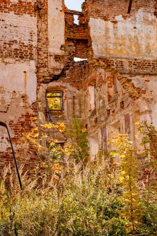 Ruines d'un manoir ruiné du XVIIIème siècle, dehors photographie stock libre de droits