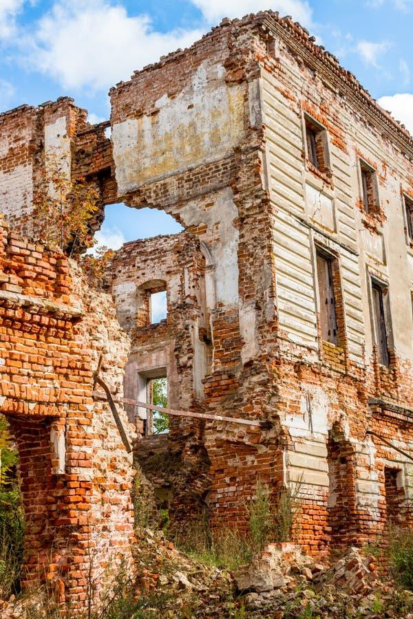 Ruines d'un manoir ruiné du XVIIIème siècle, dehors photo stock