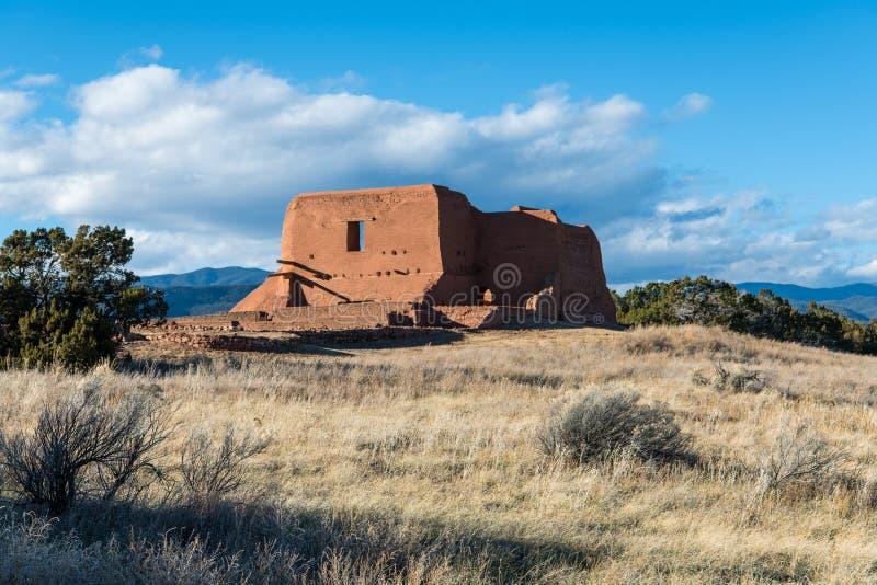 Ruines d'une église espagnole de mission de vieil adobe dans un pré herbeux en parc historique national des PECO photo stock