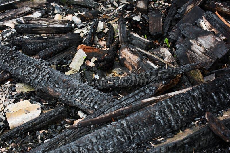 Ruines d'une maison en bois brûlée images stock