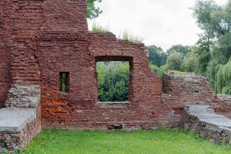 Posscat: des ruines et des femmes - Fubiz Media
