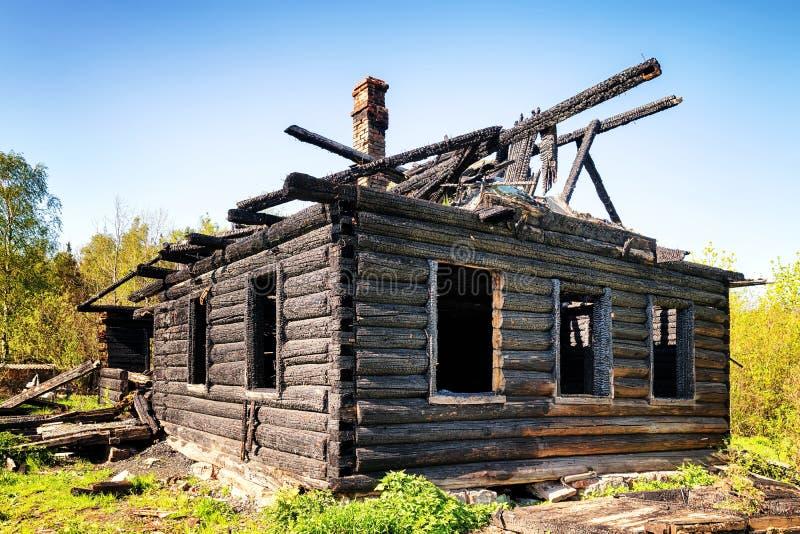 Ruines d'une vieille hutte en bois br?l?e de bas image stock