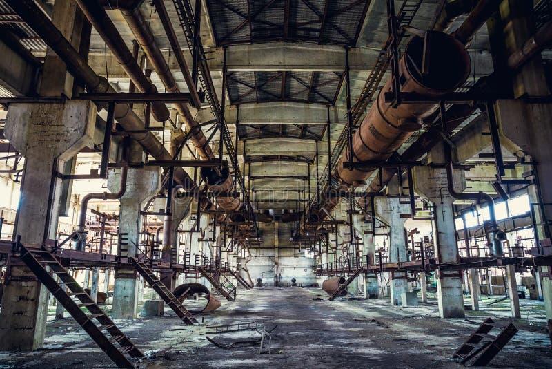 Ruines d'usine industrielle abandonnée, de grand bâtiment d'entrepôt ou de hangar avec l'équipement et les machines-outils rouill images libres de droits