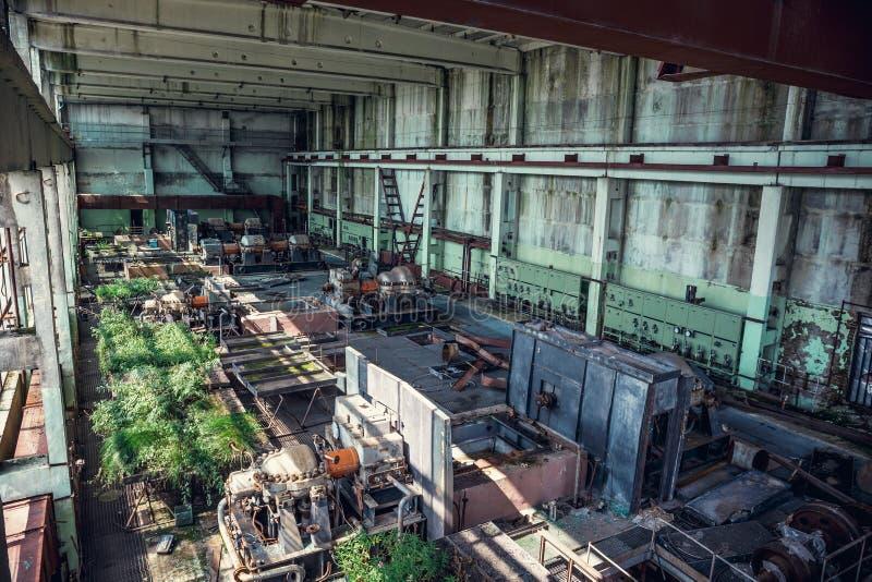 Ruines d'usine industrielle abandonnée, de grand bâtiment d'entrepôt ou de hangar avec l'équipement et les machines-outils rouill photo libre de droits