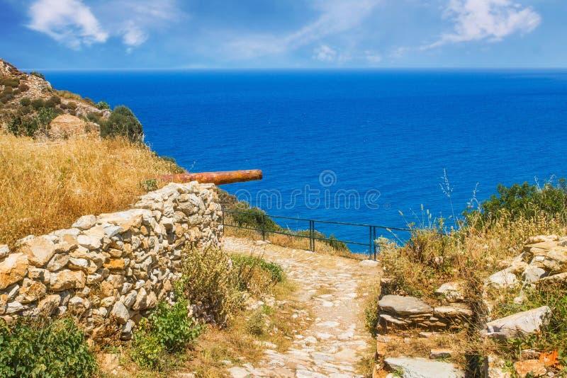Ruines dans Kastro, vieille métropole d'île de Skiathos image libre de droits