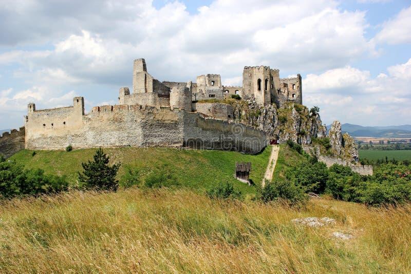 Ruines de château Beckov, Slovaquie images libres de droits