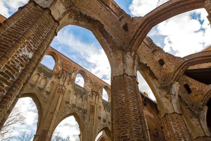Ruines de château contre le ciel bleu dans Tartu, Estonie image stock
