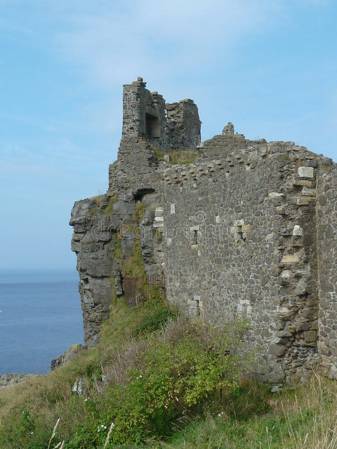 Ruines de château de Dunure sur le bluff au-dessus de la mer, Ecosse photo libre de droits