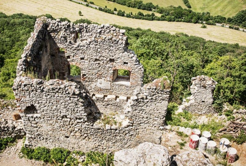 Ruines de château de Plavecky et de vieux barils avec la couleur blanche, Slova photos libres de droits