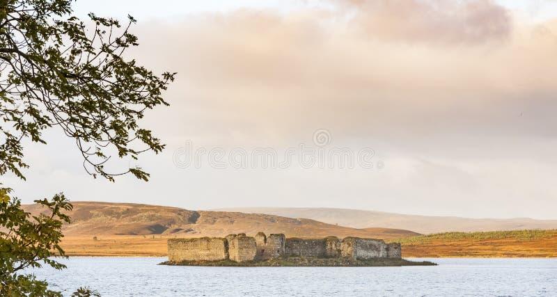 Ruines de château sur Lochindorb en Ecosse images libres de droits